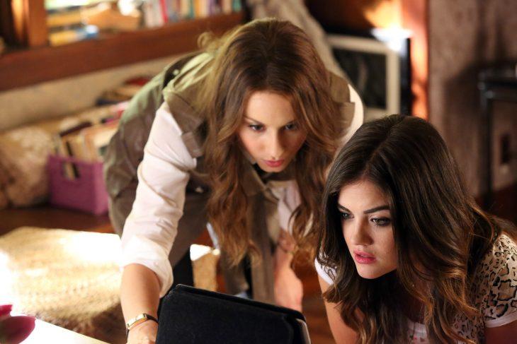 Escena de la película pretty litte liars chicas viendo una computadora