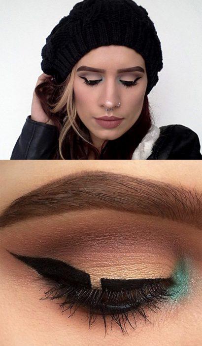 Chica con un delineado de ojos negro