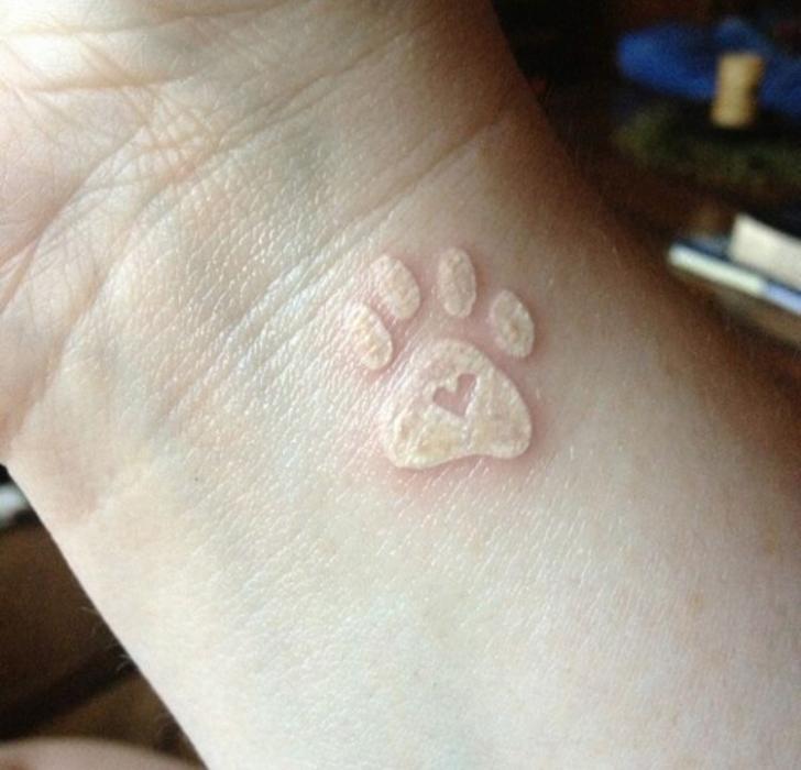Tatuaje huella tinta blanca