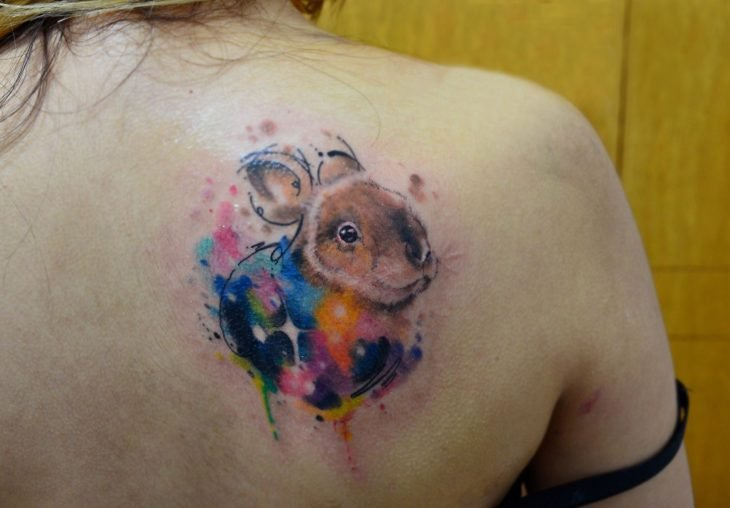 Tatuaje de conejo en acuarela