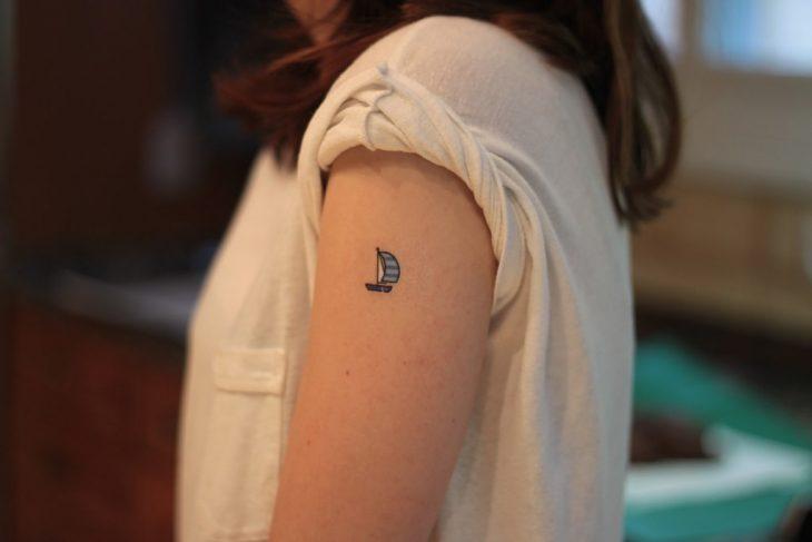 Tatuaje miniatura barco