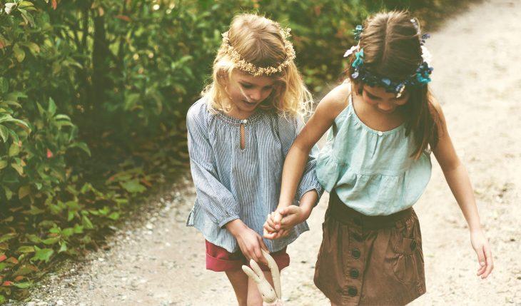 Chicas pequeñas tomadas de la mano