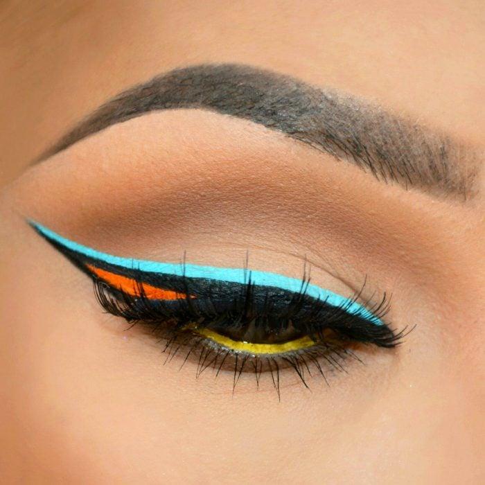 Chica con un delineado en color azul, naranja y negro