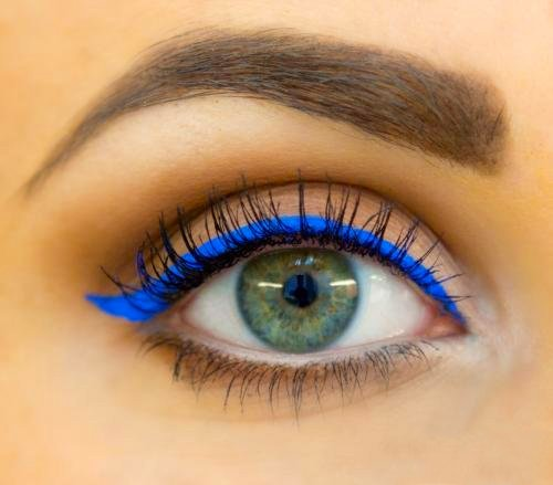 Chica con un delineado de color azul metálico