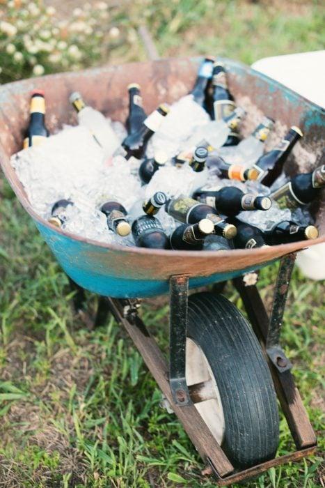 Carretilla con cervezas y hielo