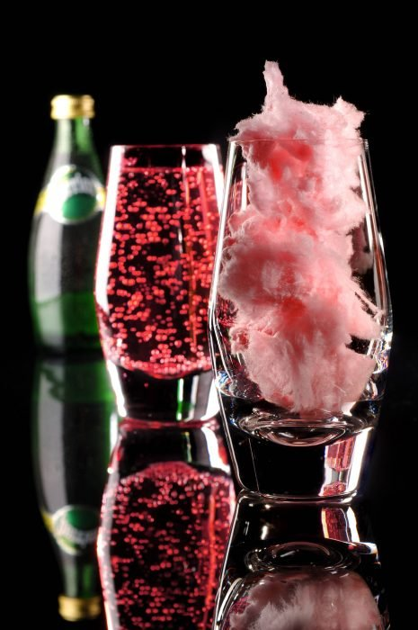 Copas de cristal con champagne y algodón de azúcar