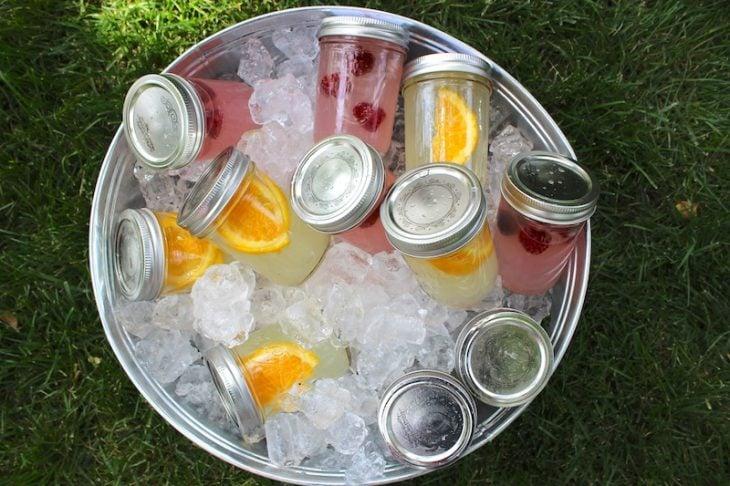 Bebidas en vasos mason Jars