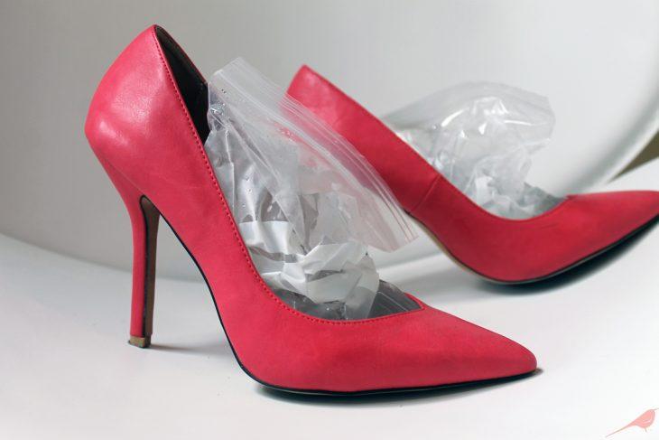 Bolsas de hielo dentro de los zapatos