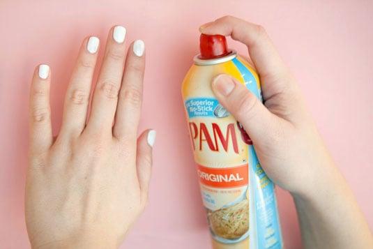 Spray en aerosol rociado en las uñas para lograr que se sequen