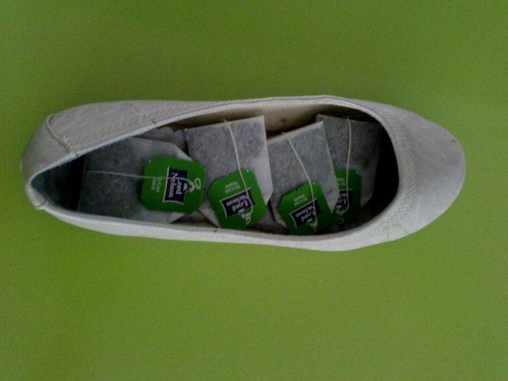 Zapatos con una bolsa de té