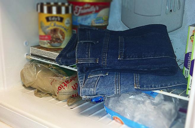 Pantalones en la nevera para eliminar los olores