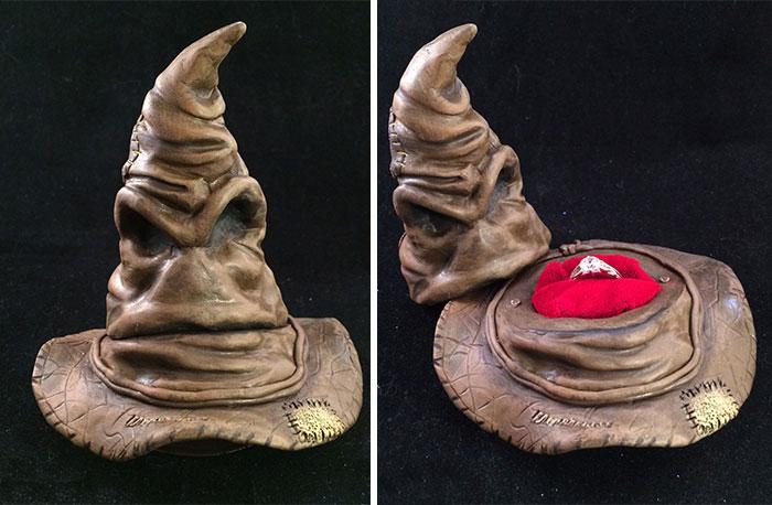 anillo de harry potter en el estuche del sombrero seleccionador