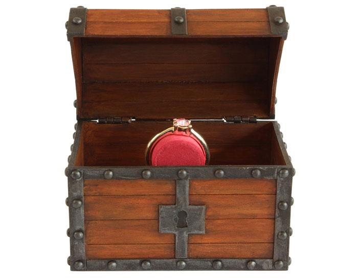 anillo geek de compromiso en un cofre