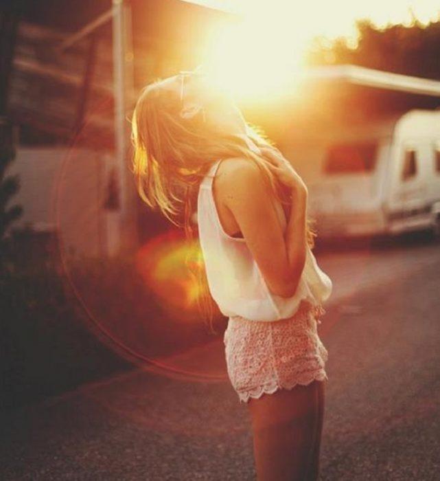 chica con la cara al sol