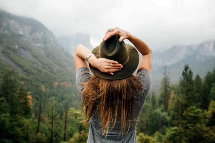 chica de sombrero en el bosque