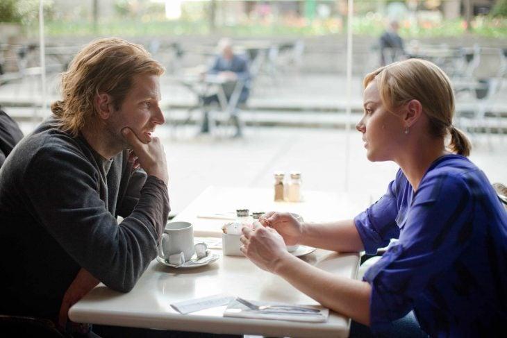 Bradley cooper conversando con una chica en un café