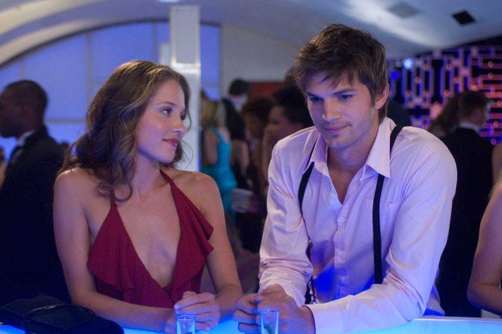 Escena de la película playboy american chico conversando con una chica en un antro
