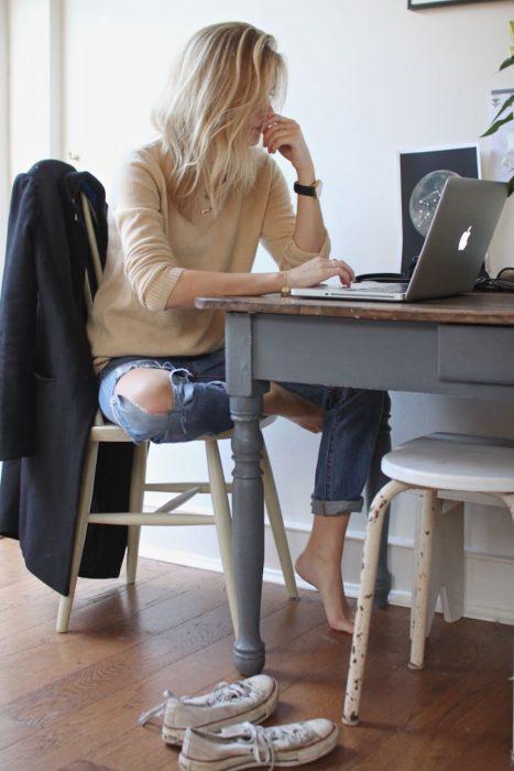 Chica sentada frente a una computadora