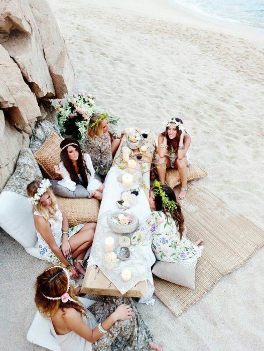 Chica reunida con sus amigas en la playa