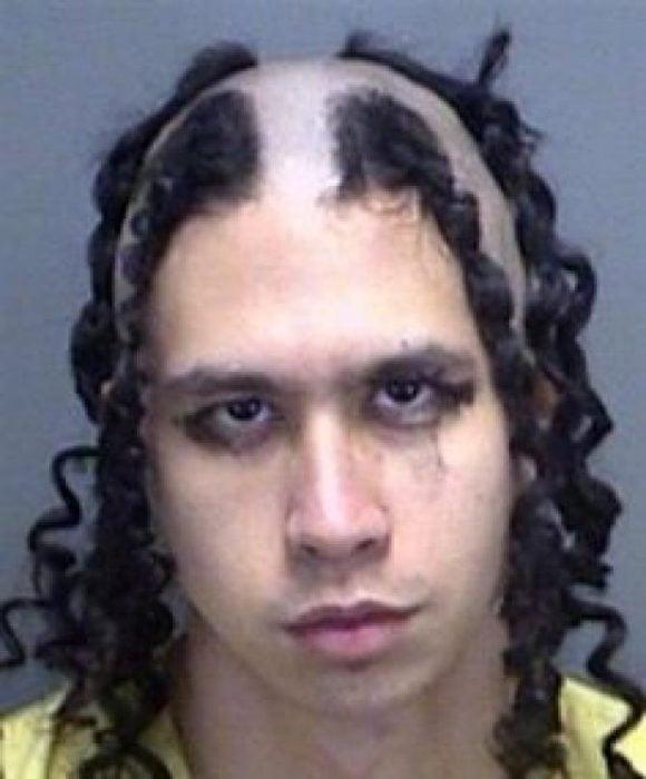 hombre con partes de cabello rapadas y rulos