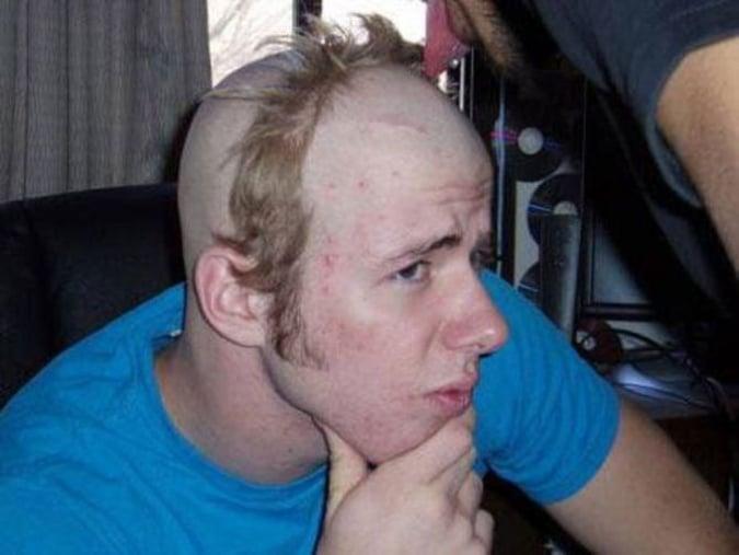 chico con corte de banda de cabello