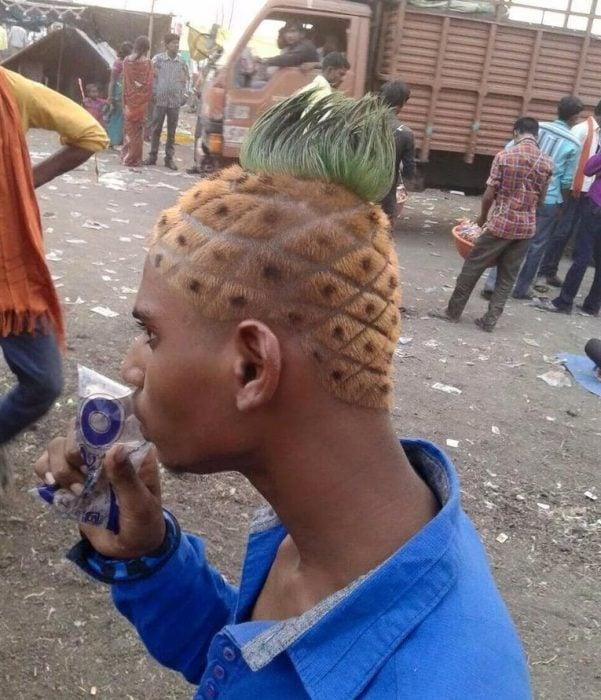 hombre con corte de cabello de piña