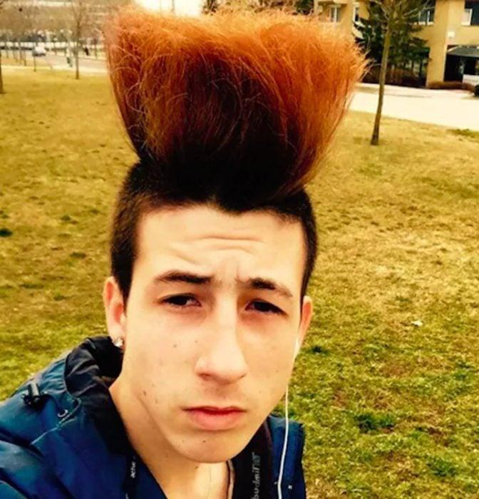 chico con cabello peinado hacia arriba