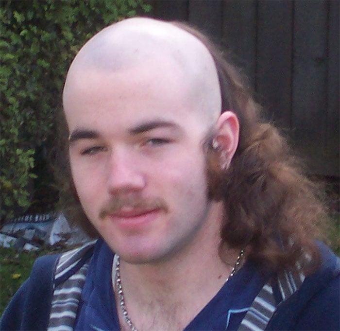 hombre con el cabello mitad rapado mitad largo