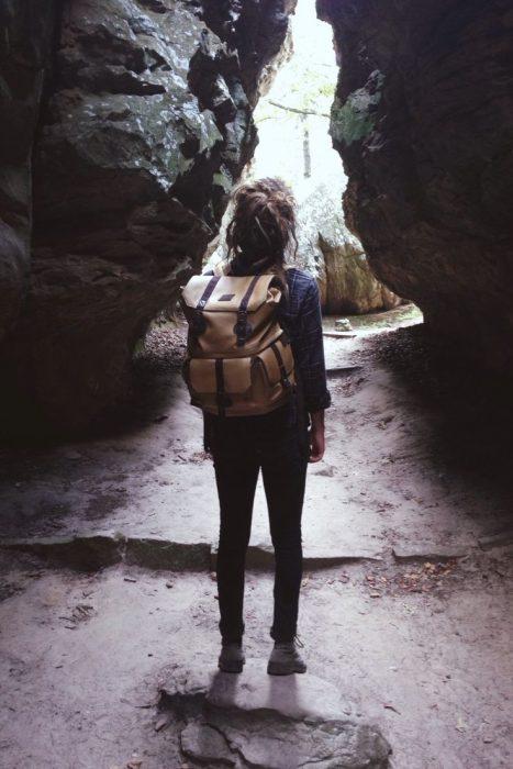 Chica caminando por un sendero