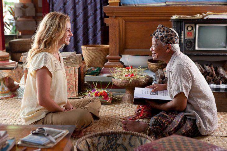 Escena de la película come reza y ama julia roberts conversando con un señor