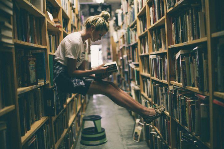 Chica estudiando en una librería