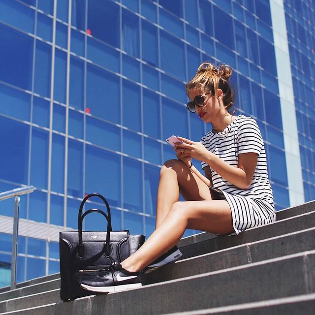 chica sentada en escaleras