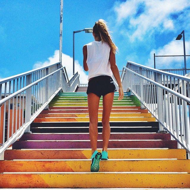 Chica subiendo unas escaleras de colores