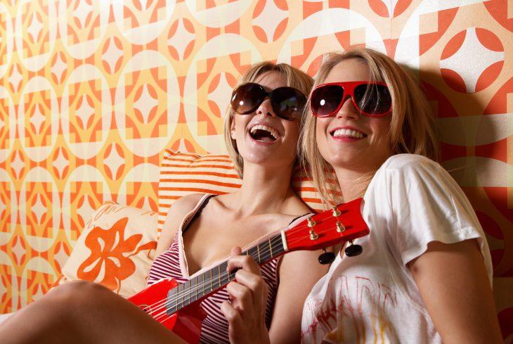 amigas tocando ukulele