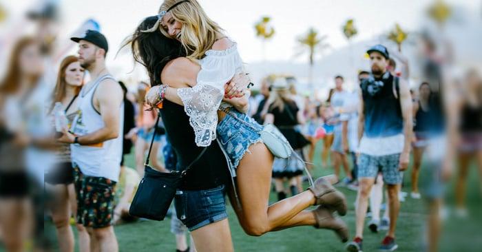 amigas en festival musical