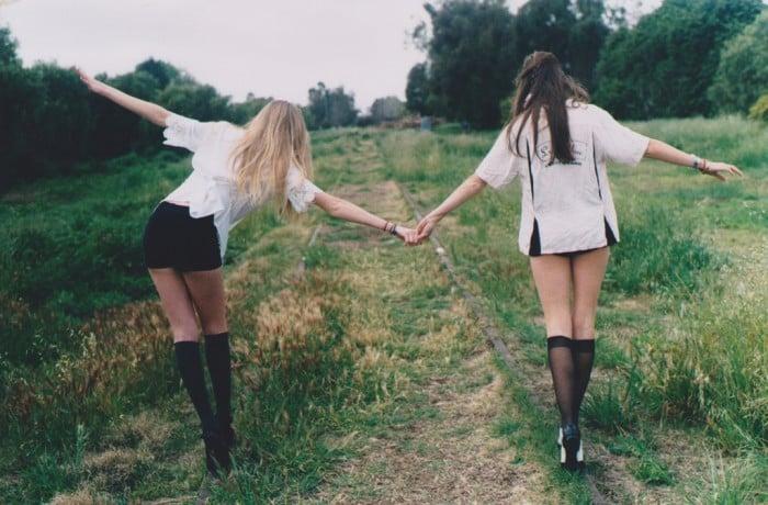 amigas caminando por vías