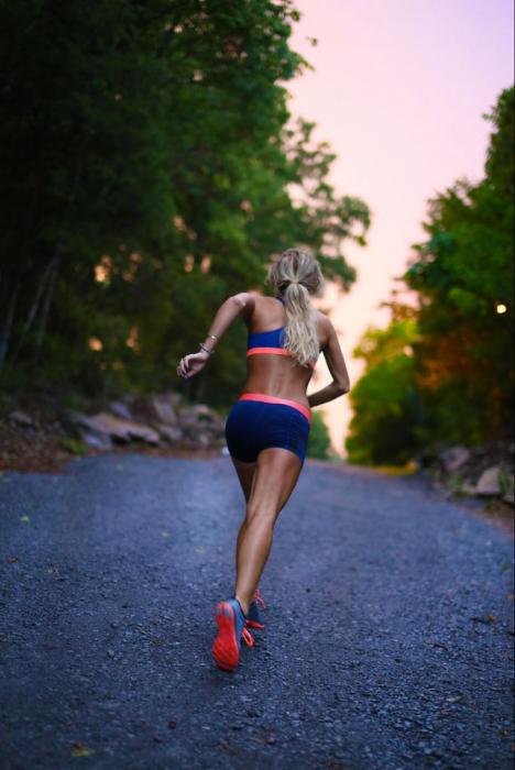 Chica corriendo en medio de un bosque