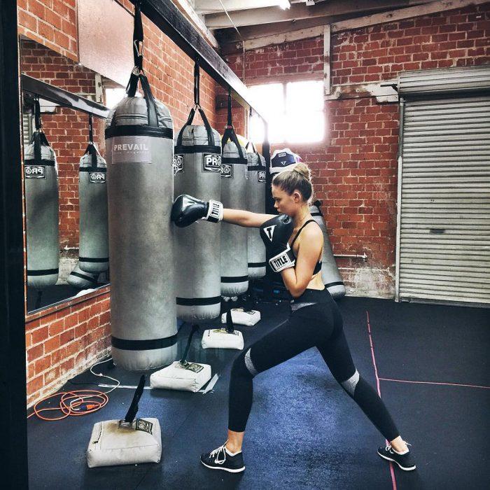 Chica entrenando en un gimnasio de boxeo