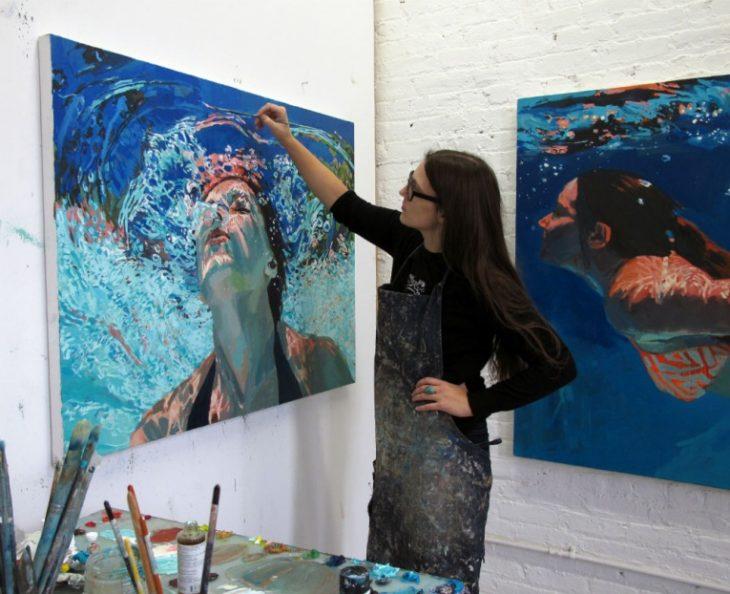 Chica pintando un cuadro de una mujer buceando