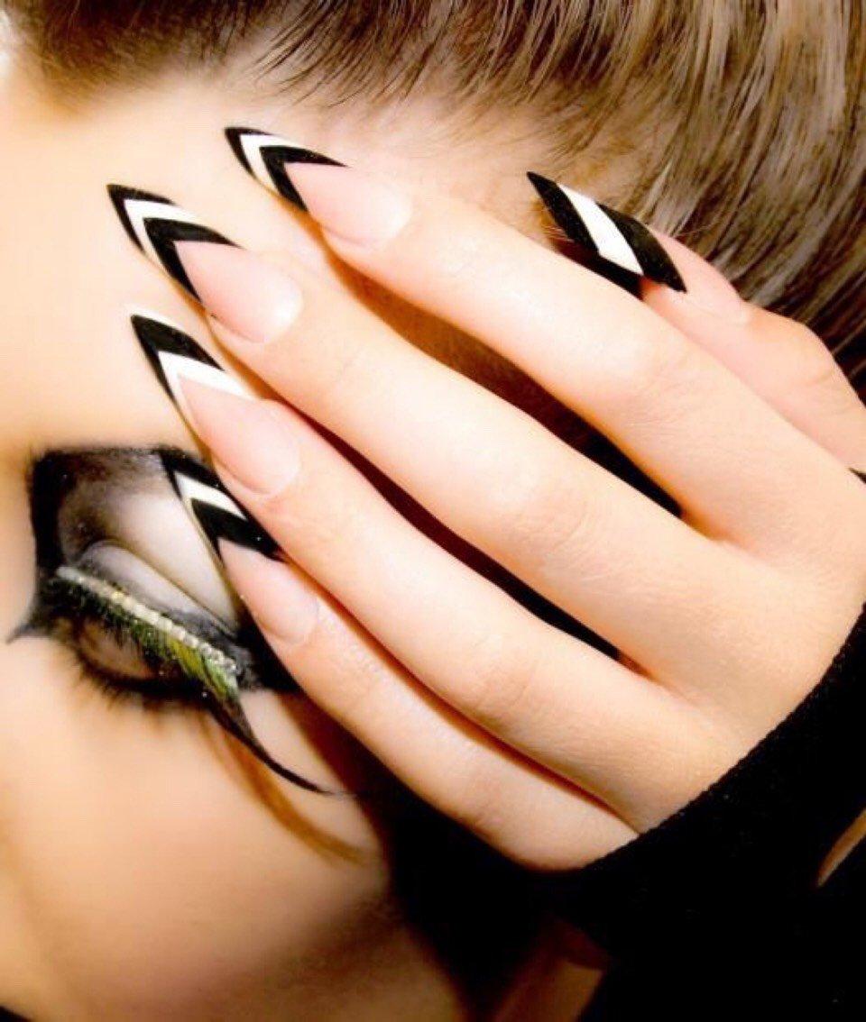 Chica con las uñas en forma de flecha
