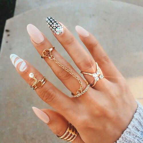 Uñas con estilo almond en color nude con blanco