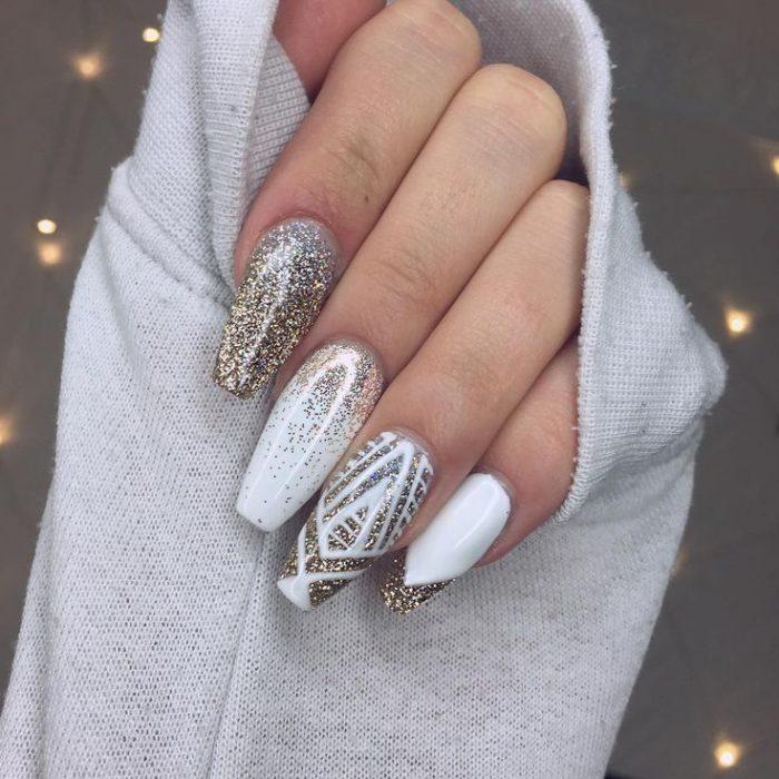 Uñas de estilo ballerina en color blanco con glitter