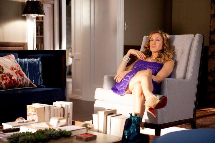 Carrie bradshaw recostada en un sofá