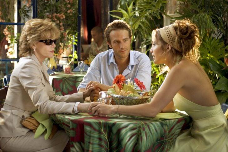 Escena de la película si te casas te mato. Chica junto a su novio y su suegra
