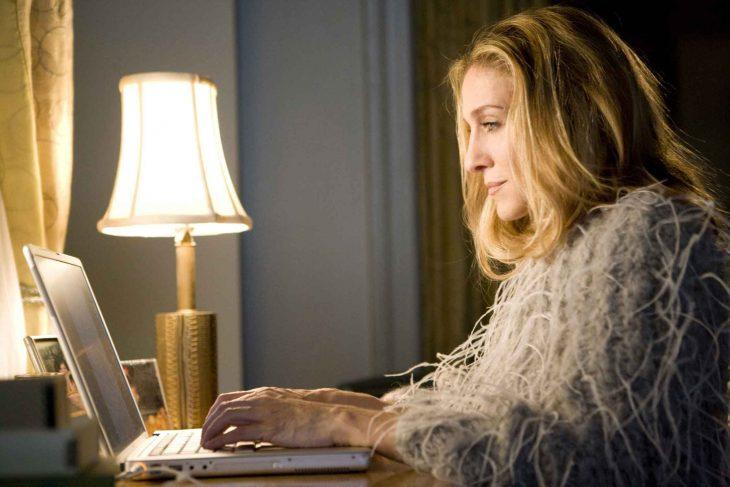 Escena de la película sex and the city, carri bradsaw frente a su computadora