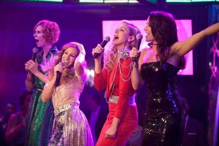 Escena de la película sex and the city. Chicas cantando en na noche de karaoke