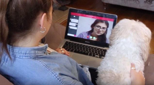 Chica sentada frente a la computadora mientras habla con otra por skype