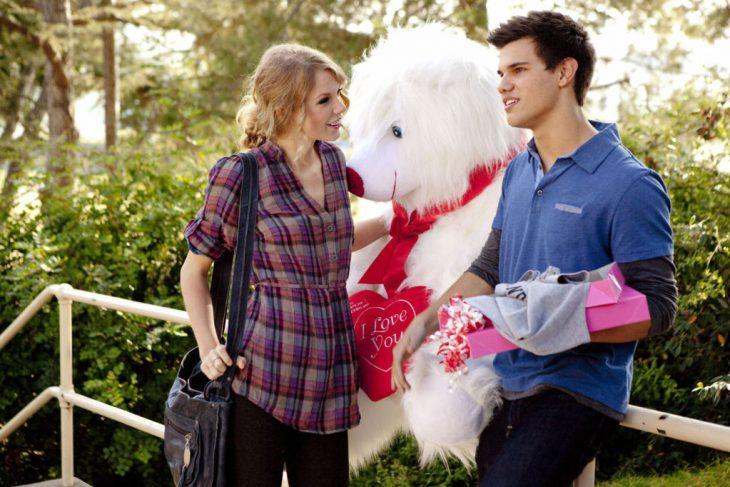 Escena de la película día de san valentin. Pareja de novios con regalos