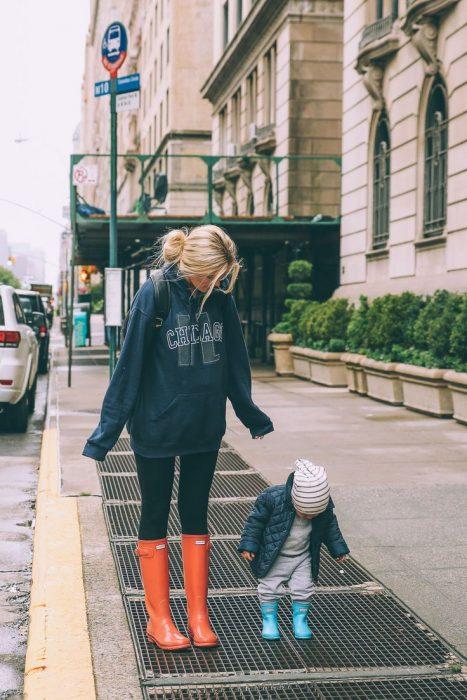 mamá caminando con hijo