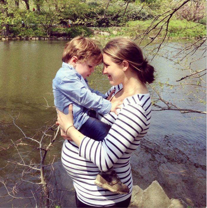 mamá embarazada con hijo pequeño en brazos